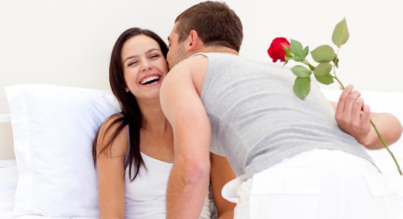 romantisk_par_i_seng_rose_1